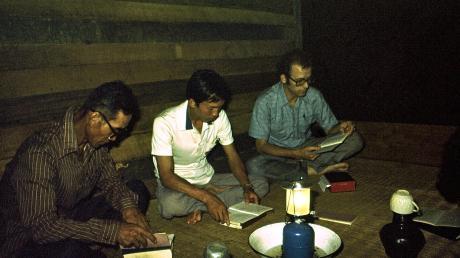 Reinhard Weber Pastor Missionar ThailandBibelstunde im Schein einer kleinen Lampe: Diese stand in einer Schüssel mit Wasser, um so die Insekten aufzufangen, die an der Lampe verbrannten. Daraus wurde dann Suppe gekocht.