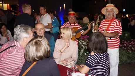 Livemusik wie im sonnigen Süden: Giampiero Lucchini und David Bermudez gingen durch die Reihen und erfreuten die Besucher mit italienischer Musik.