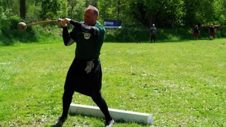 Wolfgang Hiller aus Klosterlechfeld ist über die Region hinaus als Steinheber bekannt. Er tritt mit seinem Verein aber auch bei Highland Games an. Sein Ziel ist ein eigenes Trainingsgelände im Ort.
