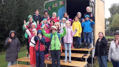 Die Kinder und Jugendlichen hatten viel Spaß beim Ferienprogramm der Pfadfinderinnenschaft St. Georg, sowohl bei der Einweihung der Treppe des Zirkuswagens als auch bei der Wanderung und den Aufgaben.