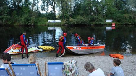 Die Rettung aus dem Fluss mit Boot oder Wasserscooter ist einfacher geworden, wie die Vorführungen der Wasserwacht zeigten.