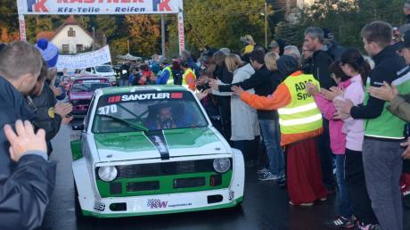 Riesige Begeisterung herrscht in den vergangenen Jahren bei den Fans für das Bergrennen von Mickhausen. Hier kommt gerade Wolfgang Glas bei der Rückführung im Zielbereich an und lässt sich feiern. Er wird auch heuer wieder für den ASC Bobingen am Start sein.