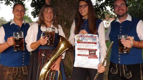Moritz Kramer, Roswitha Haas, Anna Deuringer sowie Michael Egger vom Musikverein Langenneufnach kümmern sich gemeinsam mit weiteren Helfern um die Vorbereitungen für das Oktoberfest.  Foto: Karin Marz