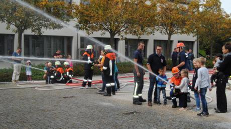 Beim Blaulichttag in Wehringen durften auch Kinder mit dem Löschstrahl zielen. Die Feuerwehr wirbt damit für ihre Jugendgruppe.