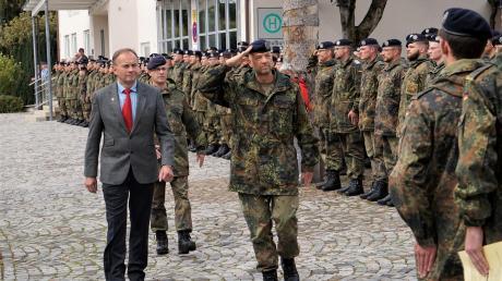 Zweiter Bürgermeister Artur Dachs schritt mit Oberstleutnant Dr. Georg Stern und Brigadegeneral Frank Schlösser (von links) die Reihen der Soldaten der Schule für Informationstechnik ab.