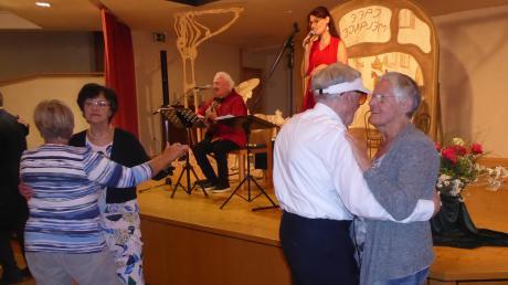Das Gitarren-Gesangs-Duo Saitenmacher mit Sabine Olbing und Heiner Lehmann spielte Musik, zu der die Besucher das Tanzbein schwangen.
