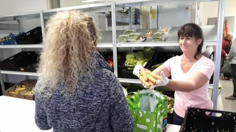 Über vierzig Ehrenamtliche – wie hier Maria Westermeier – helfen bedürftigen Mitbürgern bei der Lechfelder Tafel mit Lebensmittelspenden. Die Hilfseinrichtung der Caritas wird dieser Tage zehn Jahre alt.