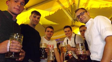 Viel Spaß hatten nicht nur diese jungen Männern beim Oktoberfest in Langenneufnach.
