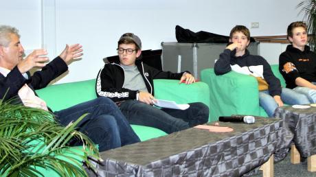 Bürgermeister Rudolf Schneider (links) stellte sich auf der grünen Couch den Fragen der Klosterlechfelder Jugend.