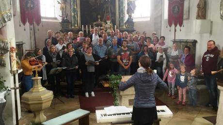 """Nach monatelangen Proben führt der Projektchor in der Pfarrkirche Scherstetten das Singspiel """"Erdreich – Himmelreich"""" auf."""