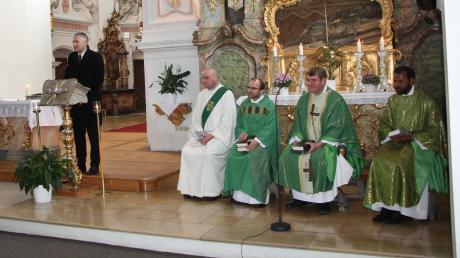 Nach dem Festgottesdienst lud Hansjörg Durz die Besucher zur Gedenkfeier auf den Franziskanerplatz ein. Von links: Hansjörg Durz, Bruder Kornelius, die Pfarrer Thomas Demel und Bernd Prochna, sowie Pater Thomas.