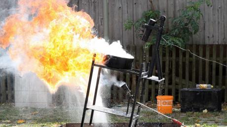 So sieht es aus, wenn man versucht, einen Topf mit heißem Fett mit Wasser zu löschen. Die Feuerwehr Obermeitingen demonstrierte dies bei ihrem Tag der offenen Tür.
