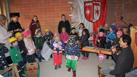 Die Kinder führten ein Singspiel über die Entstehungsgeschichte des Kindergartens auf. Der Franziskus-Kindergarten Klosterlechfeld