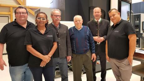 Franz Berger (links) hat mit seinem Team in Wehringen einen stetig wachsenden Maschinenbauvertrieb gegründet. Das freut auch Bürgermeister Manfred Nerlinger (Dritter von links) und Landrat Martin Sailer (hintere Reihe).