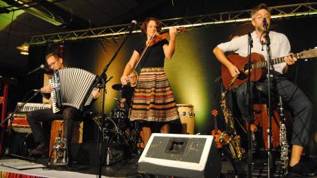 Zuhören und begeistert sein - das Konzerterlebnis von Luz Amoi in Wehringen bereitete dem Publikum im vollen Saal viel Freude.