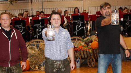 Christian Müller (Mitte) entschied mit dem Maßkrugstemmen den Wettbewerb für die Feuerwehr.