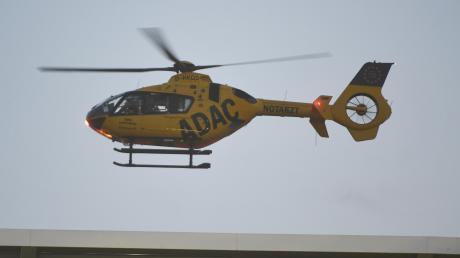 Ein Rettungshubschrauber brachte einen der beiden Männer laut Polizei schwerverletzt in eine Klinik.