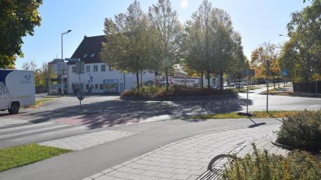 Ampel statt Kreisverkehr? Ein Gutachter brachte einen Umbau der Kreuzung Bürgermeister-Wohlfarth-Straße/Römerallee ins Spiel.