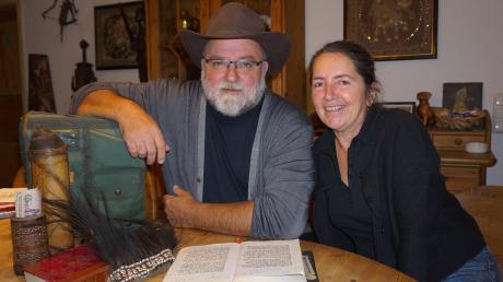 Roland Krätschmer und seine Frau Anita im Essbereich ihres Hauses - auf seinen Reisen hat der heutige Sachgebietsleiter des Ordnungsamtes akribisch Tagebuch geführt.