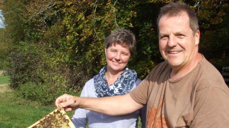 """""""Den leckeren Honig verdanken wir unseren Bienenvölkern"""", verdeutlichen die Imker Rainer Bickel und Susanne Frey. """"Ein Volk besteht im Sommer aus rund 50000 Bienen."""""""
