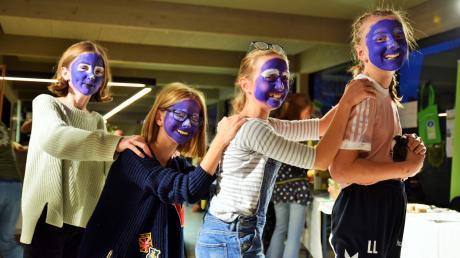 """""""Fridays for Future Kids"""" nannten sich Elisa Karl, Lena Zacher, Luisa Diepold und Lisa Lamich, die sich das Element Wasser aufs Gesicht malen ließen."""