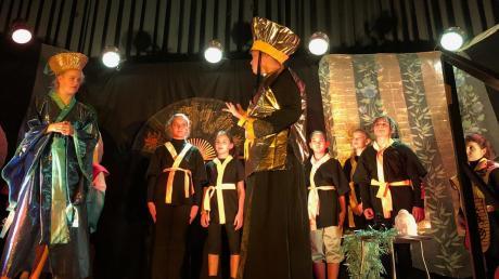 Kinder aus Langerringen und Friedberg demonstrierten ihr Können auf der Bühne im Gemeindesaal.
