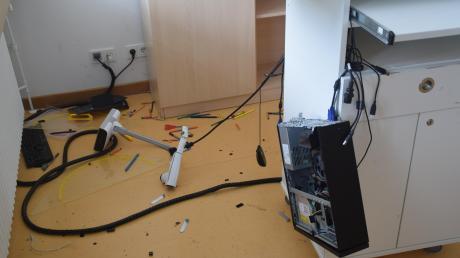 In mehreren Klassenzimmern wurden Computer beschädigt.