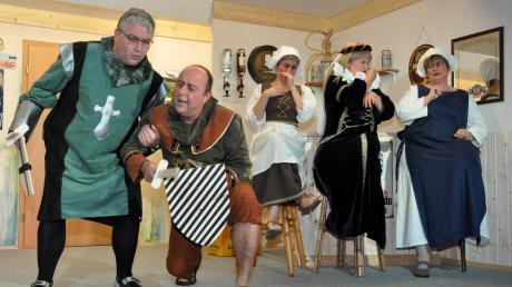 """Mit dem Lustspiel """"Hochwürdens Ritterspiele"""" starteten die Akteure der Theatergruppe Mickhausen am Wochenende in ihre neue Bühnensaison und tauchten dabei tief ins Mittelalter ein."""