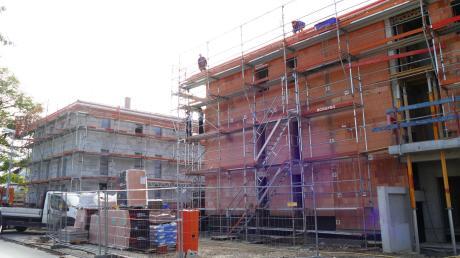 Drei große Gebäude sollen in der Greifstraße 36 Wohnungen für Familien mit niedrigerem Einkommen bieten.
