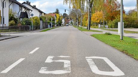 Dieser Geschwindigkeitshinweis wird demnächst einer Begrenzung auf 30 km/h im Bereich der Ampelanlage weichen.