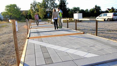 Mit Natursteinen aus Bayerwald-Granit (im Feld vorne) wird der zentrale Bereich der neugestalteten Bgm.-Wohlfarth-Straße zwischen Garten- und Marktstraße ausgelegt sein.