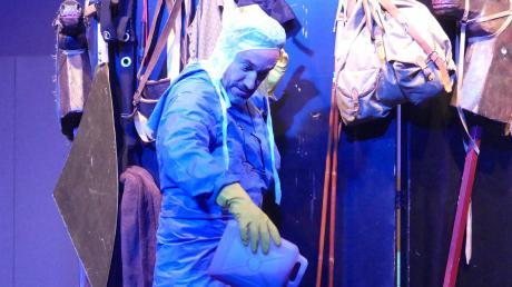 Victor Frankenstein alias Theo alias Jörg Schur bei der Zubereitung seines menschlichen Wesens auf der Bühne des Gräbinger Büchereibistros.