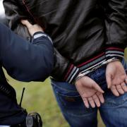 Ein Jugendlicher soll Polizisten im Einsatz heftig beleidigt haben. Er wurde abgeführt. (Symbolfoto)