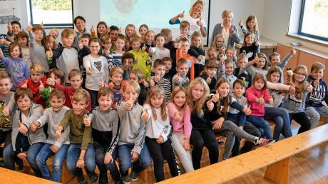 Schüler der Grundschule Graben erlebten spannende und lehrreiche Momente über das Leben im Meer und drohende Gefahren, durch Journalistin Bettina Kelm (hinten, weißes T-Shirt) und Autorin Friederun Reichenstetter.