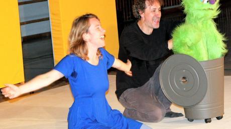 Der unfreundliche Rüdiger (gespielt von Giorgio Buraggi) verlässt seine Tonne und Viola (Kathrin Müller) kann befreit aufatmen.
