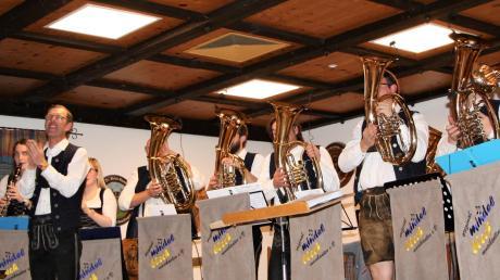 Die Original-Mindelblech-Musikanten mit ihrem Dirigenten Erhard Weber (vorne) ließen ihre Instrumente nicht nur klingen, sondern rückten sie auch ins Rampenlicht.