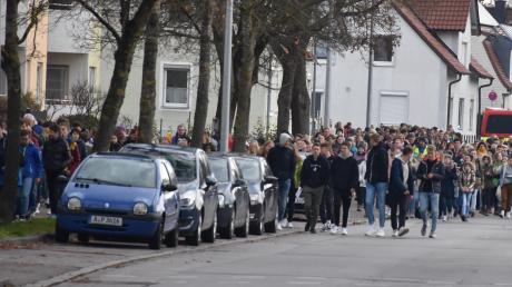 Ziemlich geordnet zogen die fast 2500 Schüler der LWS vom Breitweg zur St. Michaelskirche und in die Turnhalle der Grundschule