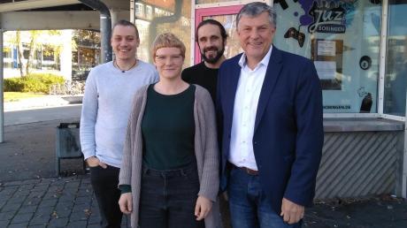 Sie arbeiten für das Jugendzentrum: (von links) Streetworker Tim Hofmann, Paula Gomber, Leiter Dominik Rankl und Bürgermeister Bernd Müller.