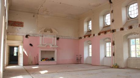 Bereits entkernt ist der 150 Quadratmeter große Rittersaal im Mickhauser Schloss, der sich über zwei Stockwerke erstreckt und künftig für Veranstaltungen genutzt wird.