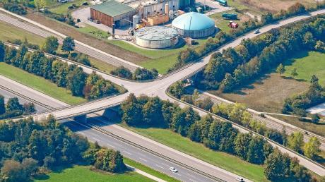Die Verkehrssituation auf der Brücke über die B17 beschäftigte den Gemeinderat in Graben. Daten über Geschwindigkeiten der Autofahrer von der Auffahrt aus Westen (von rechts ins Bild einlaufend) lagen jedoch noch nicht vor.
