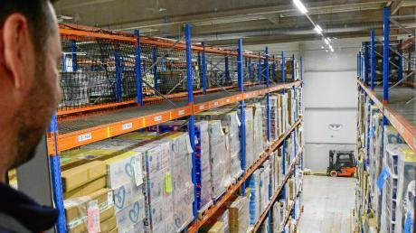 Von weit oben holen die Mitarbeiter im Versandzentrum Graben des Onlinehändlers Amazon die gewünschten Artikel für die Kunden.