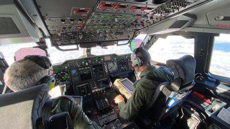 Moderne Technik von den Displayanzeigen bis zu den Flugunterlagen auf dem Tablet prägen das Cockpit des A400M. Am Boden muss für die Ankunft am Lechfeld noch Einiges modernisiert werden.