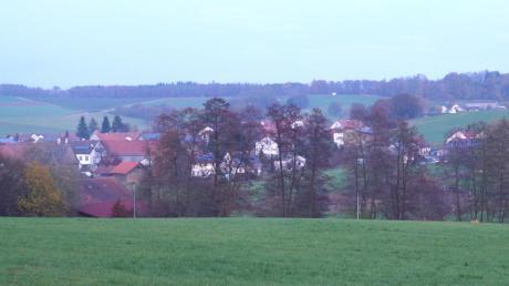 Auf dem Wiesengrundstück zwischen Friedhof und Zugspitzstraße soll ein Neubaugebiet entstehen. Die Zufahrt ist über das gegenüberliegende Hangstück zur Mindelheimer Straße geplant.