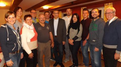 Die Gemeinderatskandidaten sowie Bürgermeisterkandidat Gerald Eichinger (Mitte) der Liste CSU/freie Wählergruppe freuen sich über ihre Nominierung.