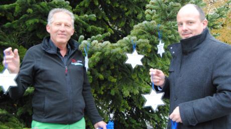 Ronald Werner und Horst Armbruster jun. vom Gewerbeverein Bobingen haben erste Wünsche für den Christbaum schon in der Hand. Ab Freitag werden sie und weitere am Rathausplatz zu finden sein.