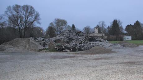 Der Großaitinger Festplatz sieht derzeit nicht sehr festliuch aus. Für das Feuerwehrfest im nächsten Jahr aber wird er vom Bauschutt befreit.