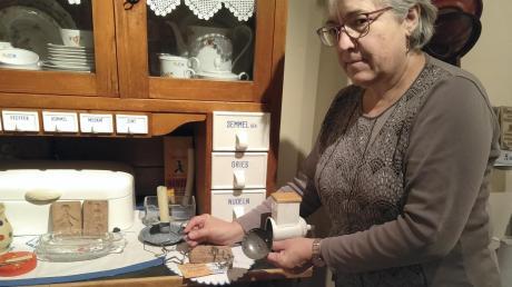 Corinna Kammerer vom Heimatverein d'Hochsträßler zeigt Gerätschaften, wie sie vor 50 Jahren bei der Weihnachtsbäckerei verwendet wurden.