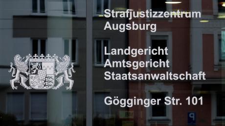 57 Mal hat eine 28-Jährige online eingekauft, aber nicht bezahlt. Jetzt wurde sie am Augsburger Amtsgericht zu einer Haftstrafe verurteilt.