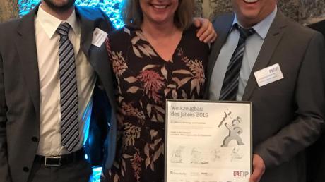 Zusammen mit weiteren Mitarbeitern nahmen Christopher Faßnacht sowie die Geschäftsleiter Bianca und Wolfgang Faßnacht die Auszeichnung als Werkzeugbauer des Jahres entgegen.
