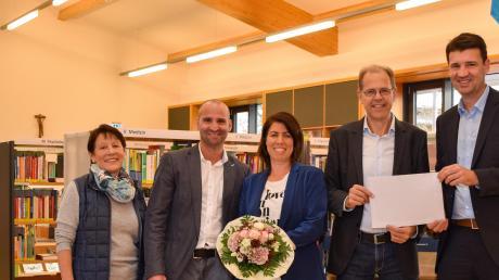 Spendenübergabe in der Bücherei Graben: (von links) Christine Knoller, Clemens Fleischmann, Susanne Adler, Andreas Scharf und Wolfgang Fackelmann. Foto: Bolten